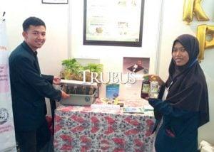 Laela Fitriani (kanan) dan Adamsyah Hariki menunjukkan hidroponik air laut mereka saat pameran di Universitas Brawijaya.
