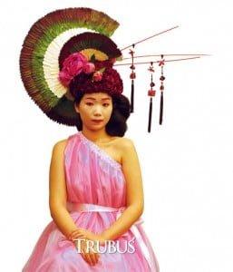 Model mengenakan hiasan kepala berbentuk asimetris dengan gaya oriental karya Andy Djati Utomo