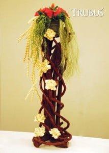 Daun lontar kering pun bisa dibentuk menyerupai bunga dan digunakan sebagai materi penyusun rangkaian