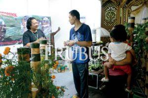 Stan hidroponik milik Kris Ermawan menjadi perhatian pengunjung.