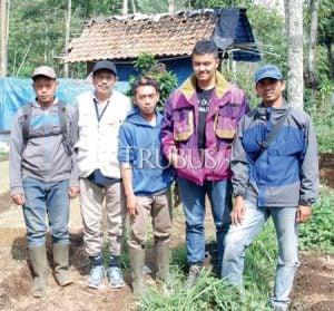Tim eksplorasi sayuran lokal di Gunung Tilu. Dari kiri Iwan Sumpena, Syah Angkasa (Trubus), Arief, Reza Wibawa, dan Budi Ginting.