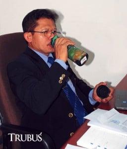 Prof Ahmad Sulaeman mengonsumsi air infusan untuk mendapatkan khasiat dan nikmatnya minum air
