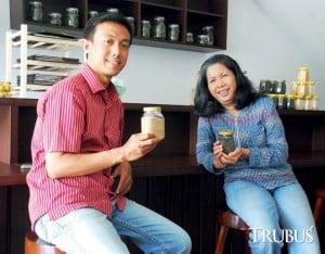 Konsultan herbal kesehatan Yayuk Ambarwulan (kanan) dan manajer Waroeng Djamoe, Rochim Nur.