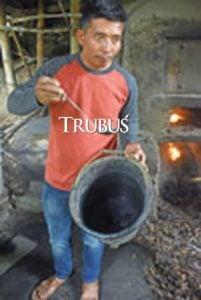 Sugiharto, penyuling minyak daun cengkih di Karanganyar, Jawa Tengah, menuturkan kesulitan bahan baku membuat produksi minyak kurang optimal.