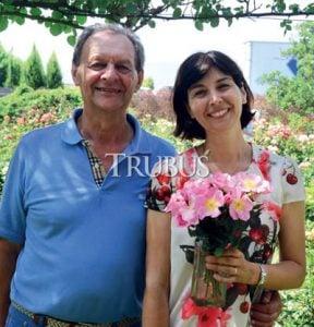 Pengelola Rose Barni saat ini, Pietro Barni (kiri) dan Beatrice Barni bersama mawar incanto.
